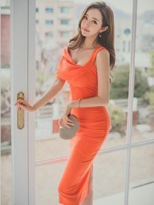 窗帘美模橘色裙露肩套装明媚舒心