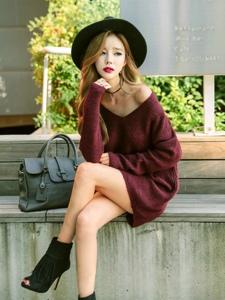 街头毛衣美女模特秀香肩俯身露事业线