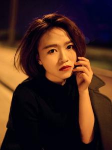 夜晚街头上的风衣美女短发气质寂寞写真