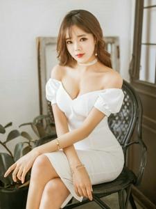 空气刘海美模裸肩白裙秀酥胸重现少女姿势