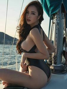 游轮连体泳衣模特身材凹凸有致度假风情