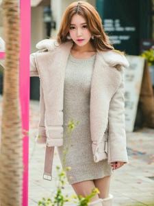 卷发美女模特毛线裙搭长靴漫步街头秀发飘逸