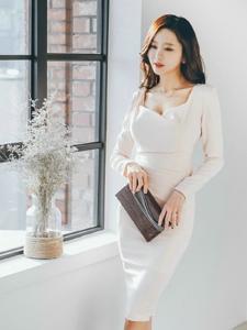 窗台纯白裙美模美胸隐现白净诱人