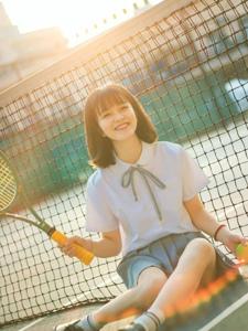 爱笑短发少女网球场上清新秀丽