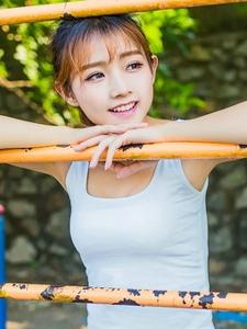 穿运动短裤的刘海美腿女孩甜美阳光养眼十足
