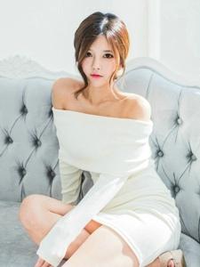裸肩白裙模特肤白小脸清纯美貌