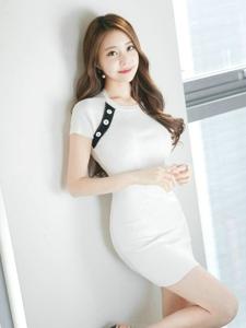 甜笑美女模特紧身裙可爱似少女趴在沙发看窗外
