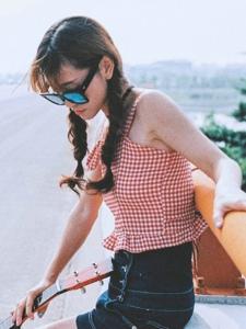 夏日清凉西瓜吉他妹子笑容灿烂写真