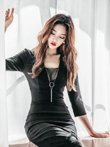 窗台美模性感索吻厚嘴唇黑裙优雅