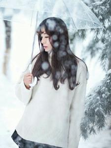 冰天雪地内的毛衣妹子白皙美肤迷人
