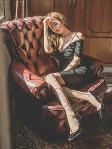 阳光照耀下的侧躺沙发美模低胸裙巨乳呼之欲出