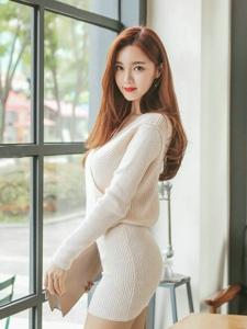 红发美女模特纯色毛线裙俏臀柔韧身段