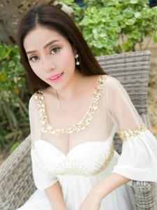 度假美女蕾丝透视美乳白皙肌肤迷人写真