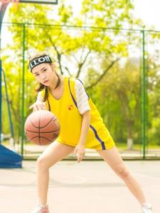 活力少女篮球场上耍酷动作矫健