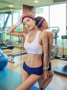 健身房内瑜伽美女展优美身姿秀蛮腰