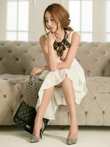 空房内寂寞美女模特吊带蕾丝裙巨乳裸露