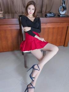 勾魂摄魄的幽幽长腿辣妹Kaylar高跟肉丝性感写真