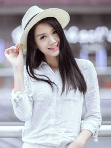 顺直长发美女白色牛仔裤靓丽写真
