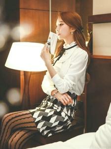 酒店內燈光下淑女裝美女模特氣質純凈柔美
