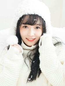 白净妹子毛线帽暖和甜美心爱笑容