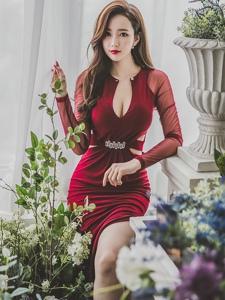 花房内清秀可人的开胸裙美模露事业线美艳动人