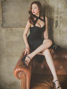 破旧房内爆乳美模红唇黑裙优雅端庄
