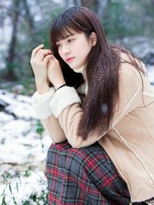 雪地内的黑发披肩美女温柔迷人写真