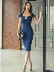 开胸裙美女模特尽显成熟优雅魅力