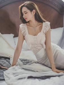倾城美女模特包臀裙纤细腰身躺床闭眼享受
