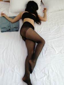 宾馆内的牛仔裙肥臀黑丝美腿妖娆美女