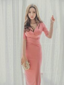 窗帘美模樱桃小嘴玫红裙撩人风采