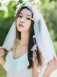 清纯白纱美女乡村里手捧鲜花犹如仙女下凡
