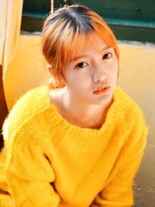 穿黄色毛衣的刘海邻家美女温馨阳光迷人写真