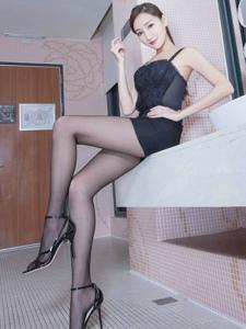 性感腿模浴室內背心包臀裙黑絲美腿曼妙身姿