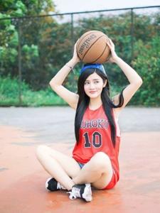 籃球場上黑長直發美少女青春靚麗熱愛運動