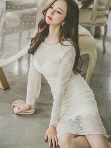 地板美模蕾丝镂空白裙气质温婉优雅