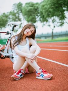 清新夏日跑道场上的单车少女清纯写真