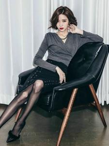 短发美女模特倚靠沙发绑带半身裙曼妙曲线