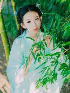 竹林内的汉服美女温婉恬静怡人