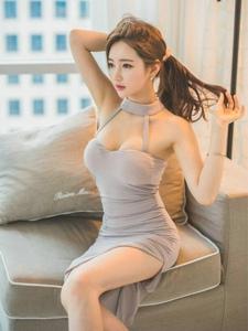 妖娆美模坐在沙发扎发丰满傲人身材修长