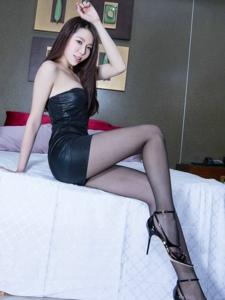 长腿校花穿丝袜跟超短裙的性感诱惑写真