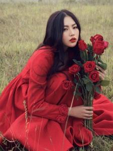 户外红裙艳丽美男平分黑发玫瑰花喷鼻