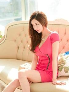 柔顺秀发模特玫红裙低头青涩害羞