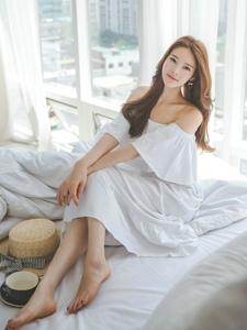 清晨苏醒美模裸肩白裙悠闲喝咖啡