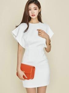 清新美女模特白裙如花娇艳露甜笑