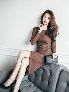 脚踩沙发美模毛衣裙暖和有型雪肤柔嫩