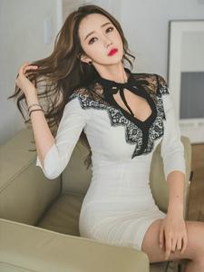 开胸蕾丝白裙美模捧花气质柔美露事业线