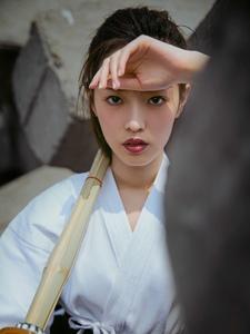 个性剑道美女剑眉英气十足户外写真