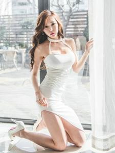 跪地美女模特豐滿圓潤雪膚白皙勾人魂魄