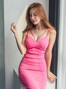 玫红裙美男模特秀诱人风度腰部纤瘦